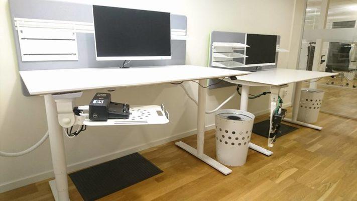 Kabelhantering mellan och bakom skrivbord